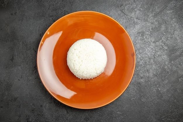 Zbliżenie na gotowany na parze ryż na brązowym talerzu
