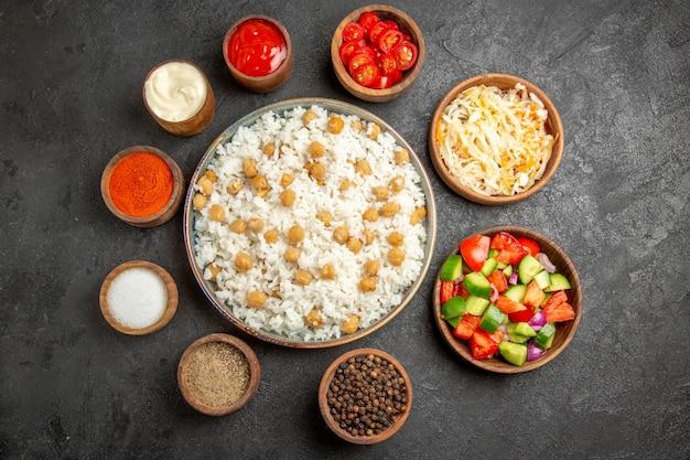 Zbliżenie na gotowany na parze ryż na talerzu