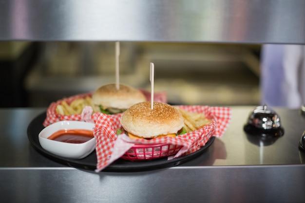 Zbliżenie na hamburgery serwowane na stole