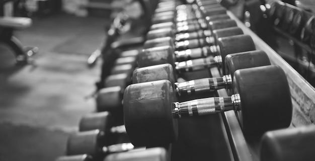 Zbliżenie na hantle na siłowni