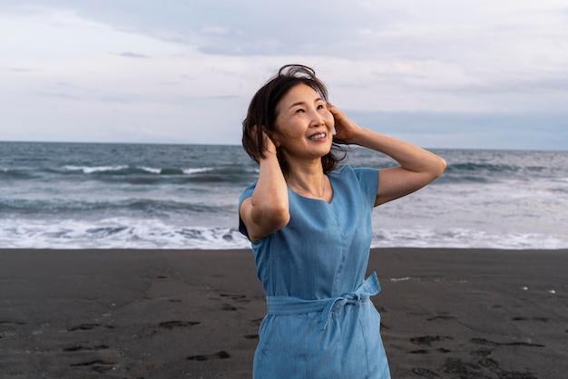 Zbliżenie na japonkę, która dobrze się bawi