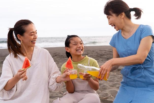 Zbliżenie na japońską rodzinę, która dobrze się bawi