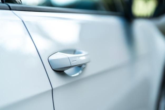 Zbliżenie na jasne drzwi samochodu. koncepcja nowoczesnego samochodu