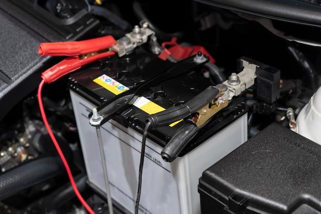 Zbliżenie na kable rozruchowe akumulatora samochodowego