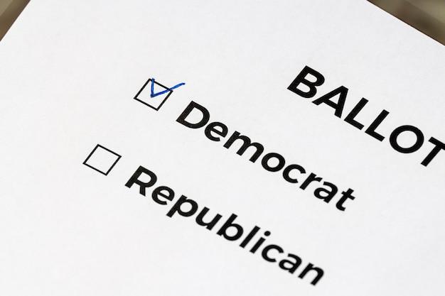 Zbliżenie na karcie do głosowania ze słowami demokratów i republikanów