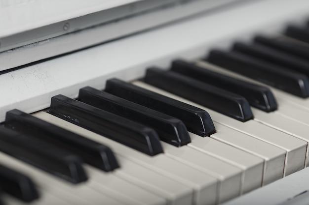 Zbliżenie na klawiaturę fortepianu z