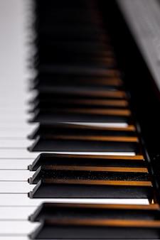 Zbliżenie na klawiaturę pianina elektronicznego, nieostrość.