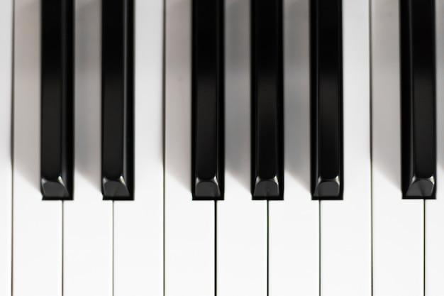 Zbliżenie na klawiaturze fortepianu