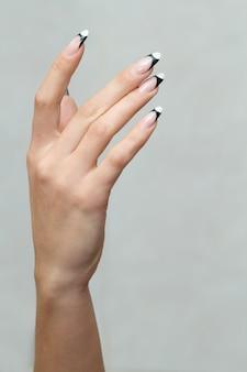 Zbliżenie na kobiece wypielęgnowane ręce na białym tle