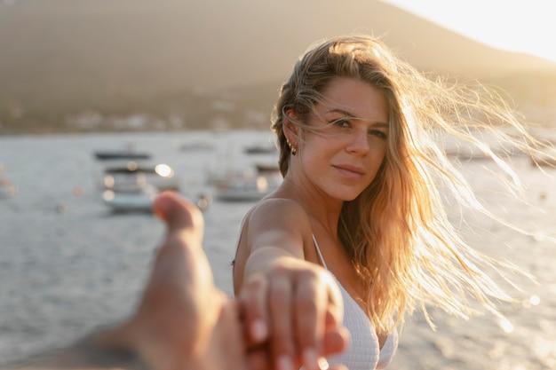 Zbliżenie na kobietę cieszącą się morzem