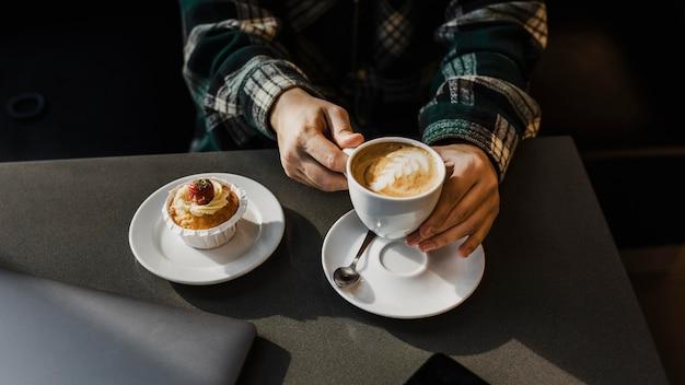 Zbliżenie na kobietę korzystającą z przerwy na kawę
