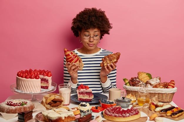 Zbliżenie na kobietę, która ma pełnowartościowy słodki posiłek