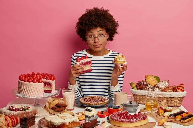 Zbliżenie Na Kobietę, Która Ma Pełnowartościowy Słodki Posiłek Darmowe Zdjęcia