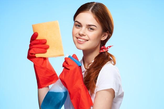 Zbliżenie na kobietę przygotowującą się do czyszczenia i dezynfekcji gumowymi rękawiczkami