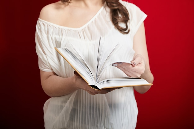 Zbliżenie na kobietę trzymającą otwartą książkę