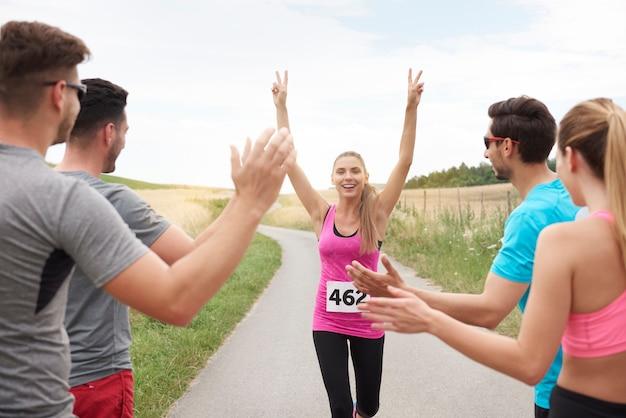 Zbliżenie na kobietę wygrywającą maraton