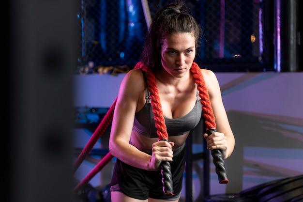 Zbliżenie na kobietę wykonującą trening crossfit
