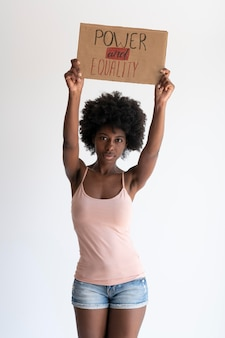 Zbliżenie na kobietę wyrażającą wiadomość o rewolucji