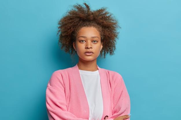 Zbliżenie na kobietę z czesanymi naturalnymi włosami afro na białym tle
