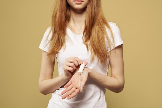Zbliżenie na kobietę z podpaską w dłoniach