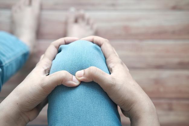 Zbliżenie na kobiety cierpiące na ból stawów kolanowych