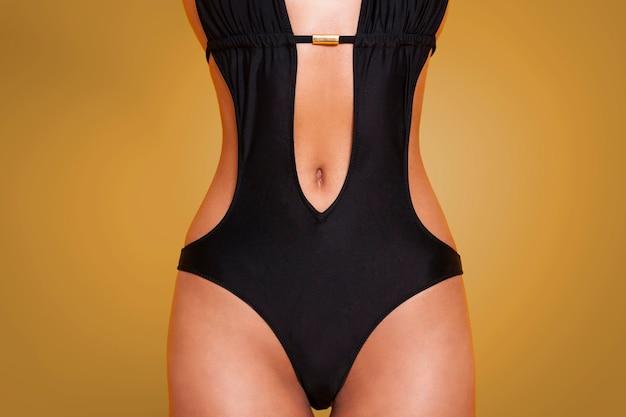 Zbliżenie na kobiety w sexy stroje kąpielowe