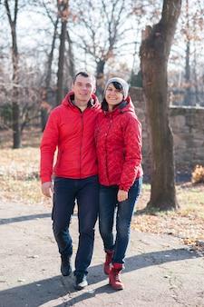 Zbliżenie na kochanków spacerujących po parku