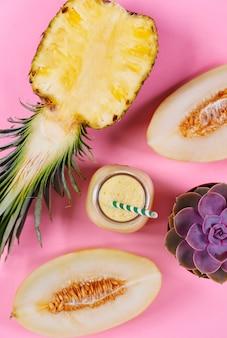 Zbliżenie na koktajl mleczny z ananasa i melona