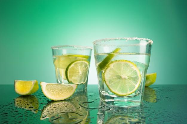 Zbliżenie na koktajl z zielonego dorsza lub wódkę żurawinową