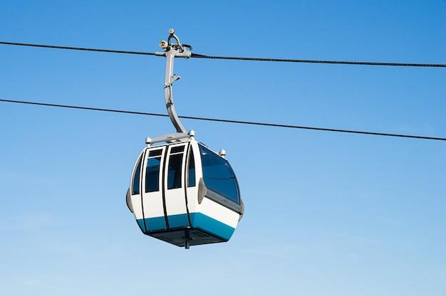 Zbliżenie na kolejkę linową na kolei linowej z błękitnym niebem