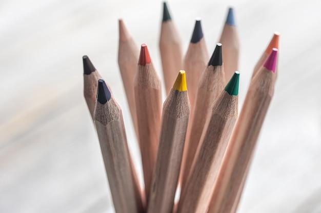 Zbliżenie na kolorowe kredki do rysowania na rozmytym tle