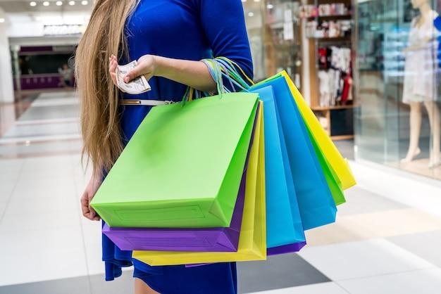 Zbliżenie na kolorowe papierowe torby na zakupy