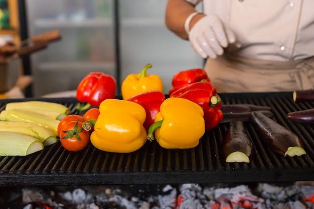 Zbliżenie na kolorowe świeże pomidory, paprykę i inne warzywa pieczone na rozżarzonych węglach na grillu