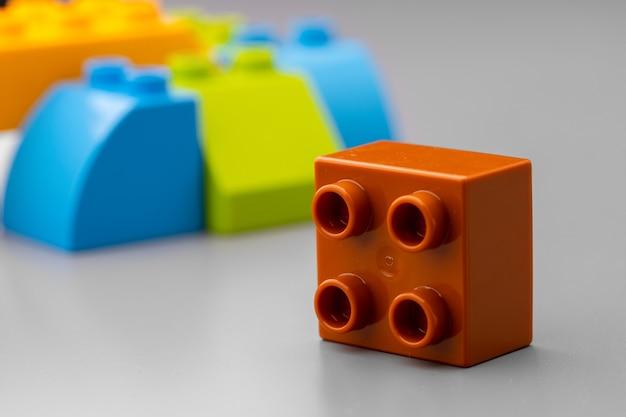 Zbliżenie na kolorowe szczegóły konstruktora zabawek