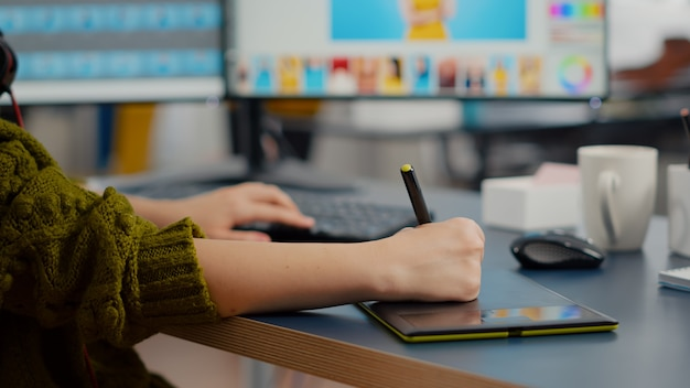 Zbliżenie na kolorowego fotografa freelancera, który edytuje zdjęcie klienta