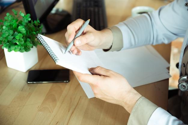 Zbliżenie na konsultację lekarza kaukaskiego dla pacjenta wyjaśniającego przepis na lek działający w gabinecie