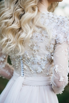 Zbliżenie na koronkową suknię ślubną