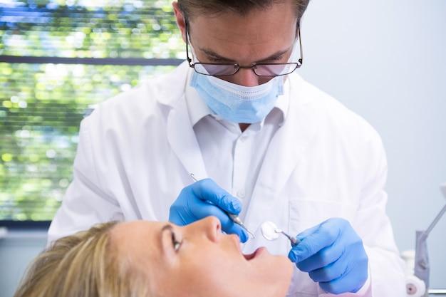 Zbliżenie na lekarza bada pacjenta