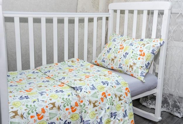 Zbliżenie na łóżeczko dziecięce i poduszkę z kocem