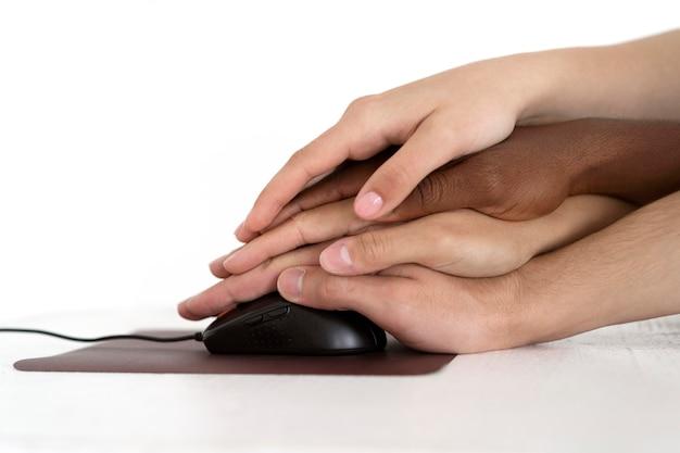 Zbliżenie na ludzi łączących się przez ręce