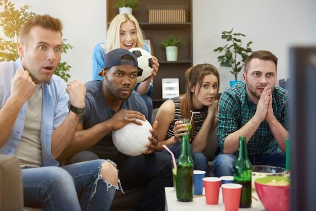 Zbliżenie na ludzi oglądających mecz czekający na bramkę