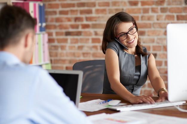 Zbliżenie na ludzi pracujących w biurze