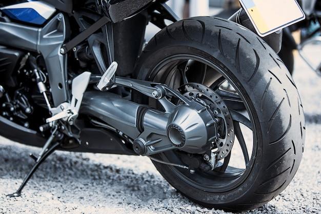 Zbliżenie na luksusowe przedmioty motocyklowe: reflektory, amortyzator, koło, skrzydło, tonowanie.