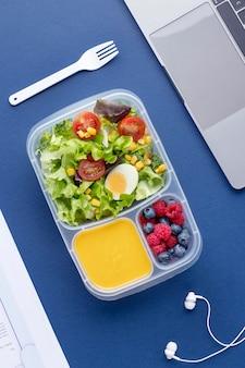 Zbliżenie na lunchboxy z pysznym jedzeniem