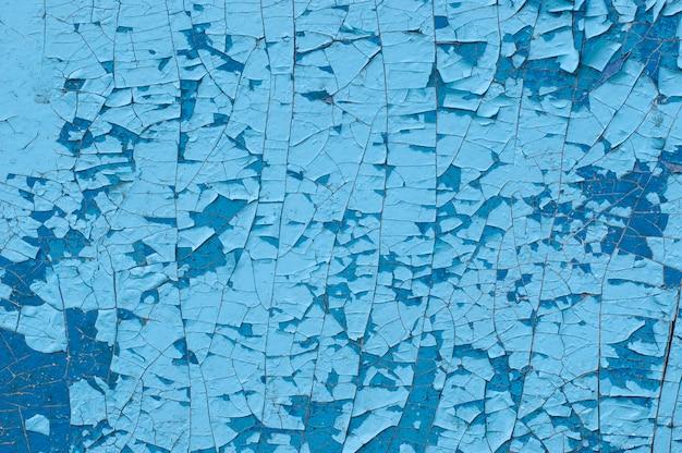 Zbliżenie na łuszczącą się farbę ze ścian