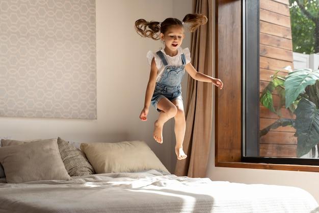 Zbliżenie na małą dziewczynkę bawiącą się w domu