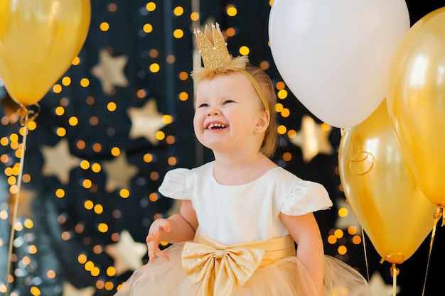 Zbliżenie na małą dziewczynkę w pięknej sukience