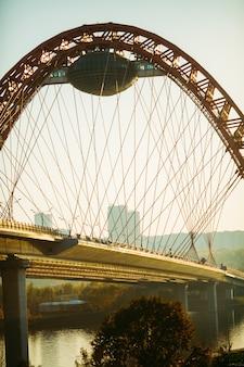 Zbliżenie na malowniczy most w moskwie jesienią