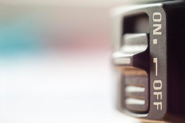 Zbliżenie na mały włącznik / wyłącznik z miękkim rozmytym tłem