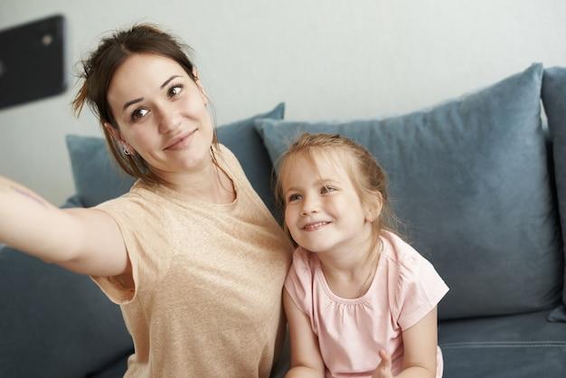 Zbliżenie na matkę uczy córkę